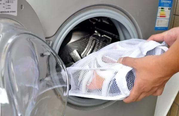 Спортивную обувь в мешке для стирки кладут в стиральную машину